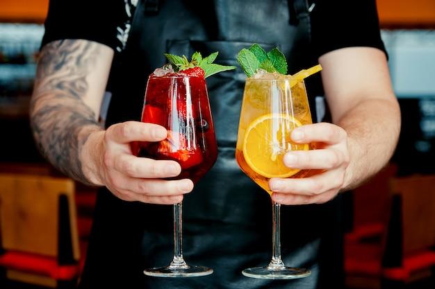 Primo piano vista di due cocktail di agrumi estivi. concetto di ora legale