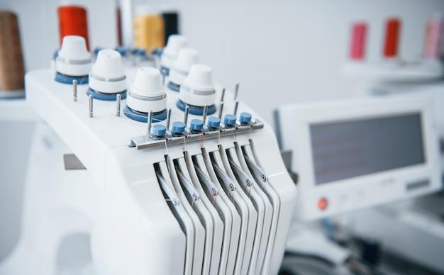 Vista ravvicinata della macchina da cucire automatica bianca in fabbrica.