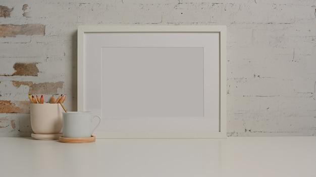 Vista ravvicinata della scrivania bianca con la tazza di cancelleria cornice foto nel soggiorno