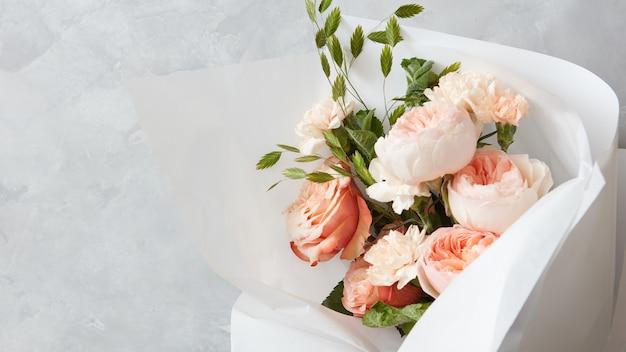 Vista ravvicinata del bouquet di fiori bianchi e rosa per la cerimonia di matrimonio