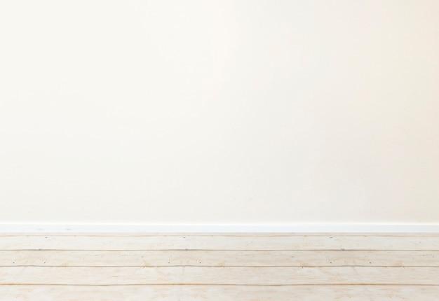 Vista ravvicinata del pavimento in legno con il muro bianco sullo sfondo
