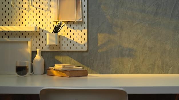Vista ravvicinata del piano di lavoro con copia spazio, libri, cancelleria e decorazioni in ufficio a casa