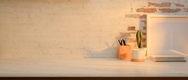 Vista ravvicinata del piano di lavoro con mock up frame, cancelleria e copia spazio nella stanza dell'home office