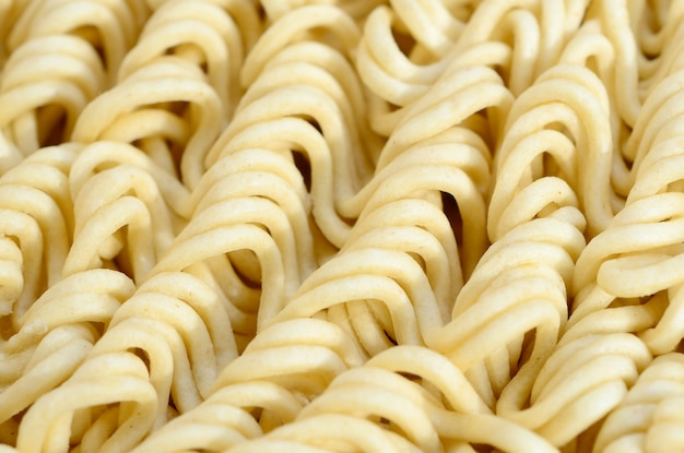 Chiuda sulla vista delle tagliatelle istantanee asciutte gialle. cibo tradizionale cinese