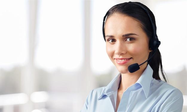 Vista ravvicinata del volto di una giovane donna con cuffie, call center o concetto di supporto