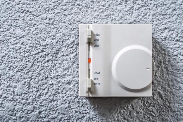 Pannello di controllo a parete per il primo piano dell'aria condizionata in una stanza