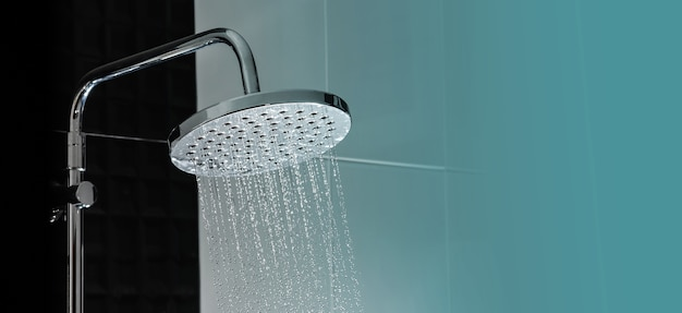 Chiuda su dell'acqua che scorre dalla doccia nell'interno del bagno