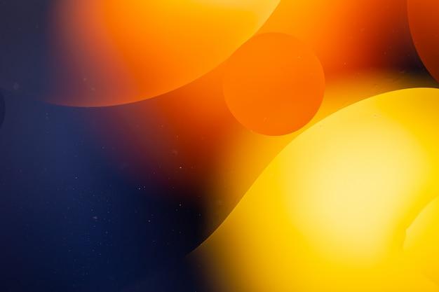 Close-up di acqua e olio astratto in un effetto di illuminazione arcobaleno