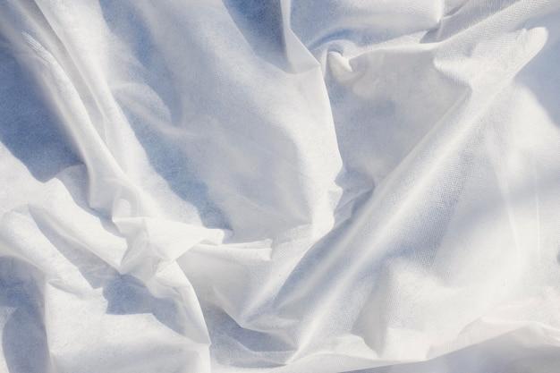Close-up di ondulate linee bianche fluenti di tessuto.