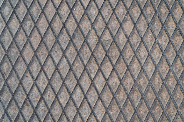 Primo piano della superficie esposta all'aria di una piastra di ferro urbana