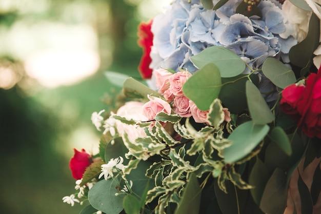 Avvicinamento. bouquet da sposa su uno sfondo sfocato