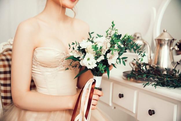 Primo piano sul bouquet da sposa nelle mani della sposa