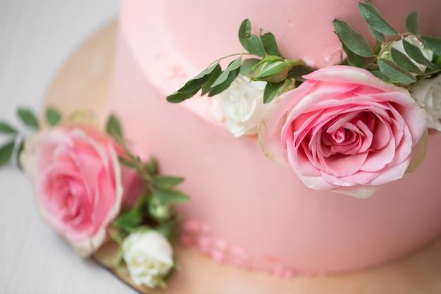 Primo piano sulla torta nuziale con fiori