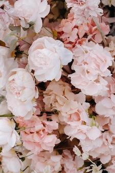 Close-up di fiori matrimonio.sfondo di rose rosa e bianche.