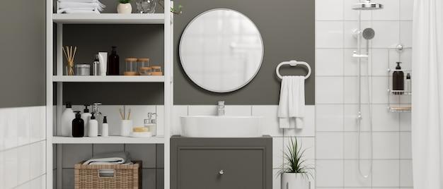 Primo piano del lavandino del bagno bianco su un mobile elegante con ripiani a specchio rotondi con prodotti per il bagno