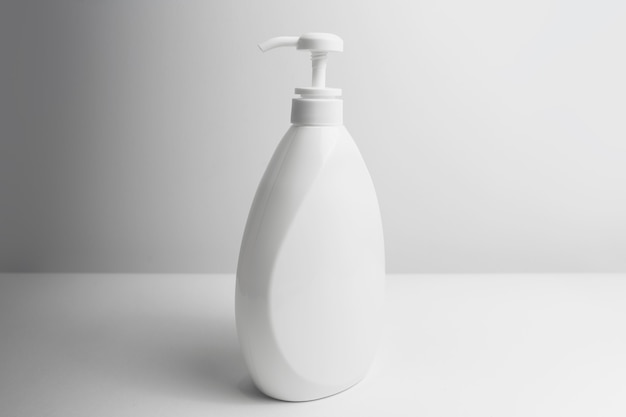 Close-up di erogatore bianco bottiglia su bianco di sfondo per studio.