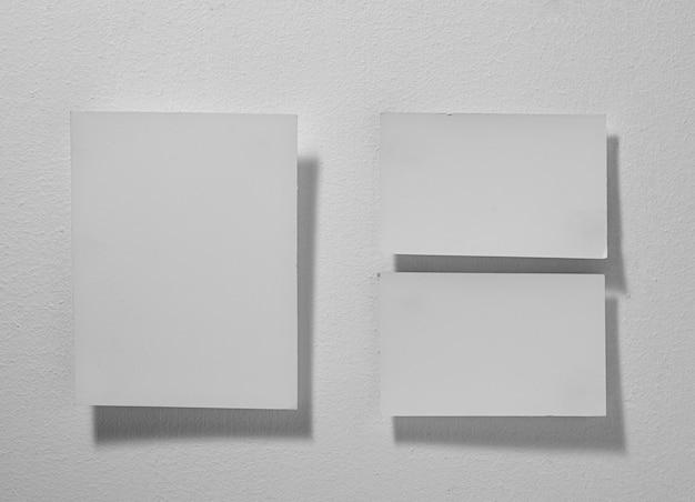 Primo piano carta per appunti bianca su sfondo grigio