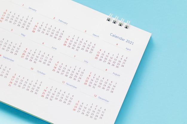 Chiudere il calendario da tavolo di carta bianca sul tavolo