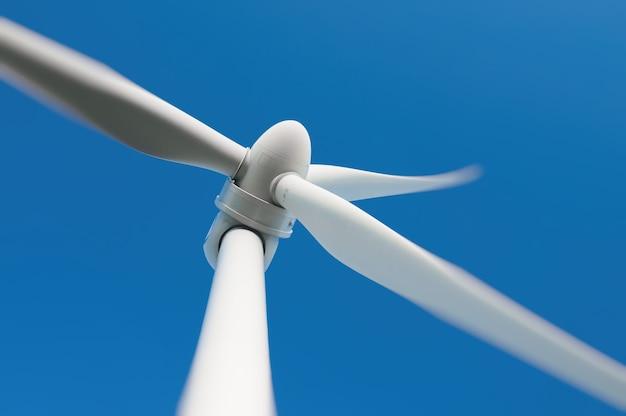 Primo piano di una turbina eolica che produce energia alternativa
