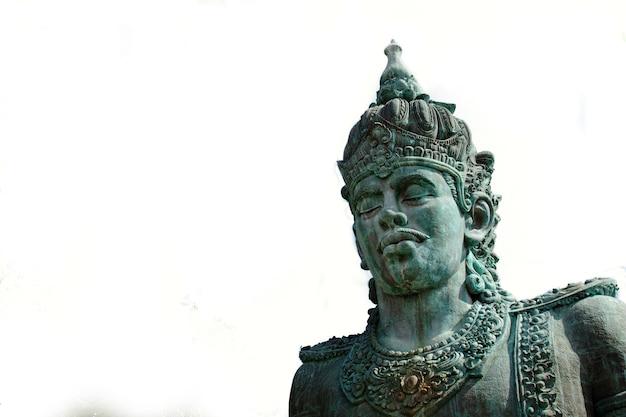 Primo piano della statua di wisnu nel parco culturale garuda wisnu kencana gwk a bali indonesia