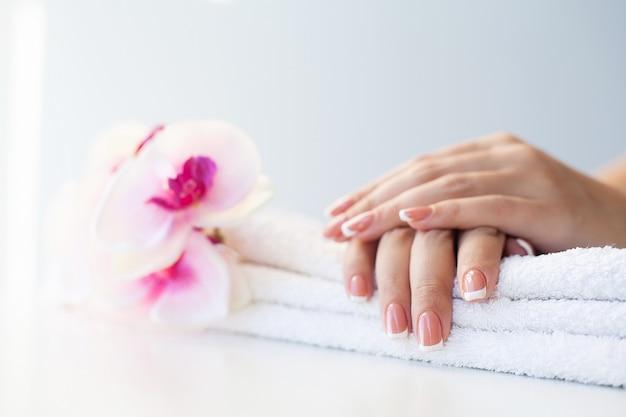 Primo piano di donna che dimostra la nuova manicure