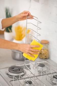Primo piano di una donna che fa le pulizie in cucina