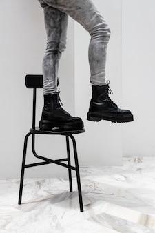 Primo piano i piedi di una donna che camminano lungo la sedia