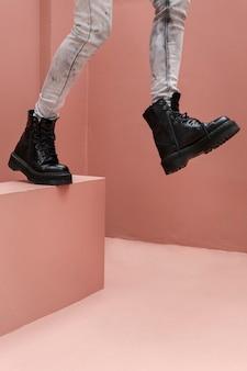 Primo piano i piedi di una donna che camminano verso il basso