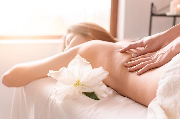 Donna del primo piano che ottiene massaggio