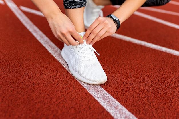 Primo piano sulla donna che si prepara a correre