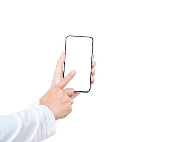 Chiuda in su della mano della donna che tocca un display bianco dello smartphone isolato su priorità bassa bianca