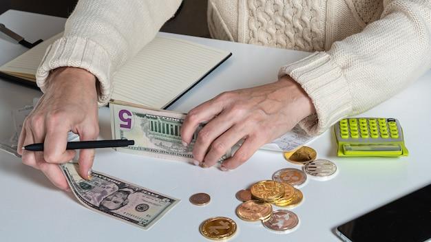 Chiuda in su delle mani di donna che contano i soldi del dollaro americano, personale finanziario femminile che conta denaro, finanza, risparmio e concetto bancario