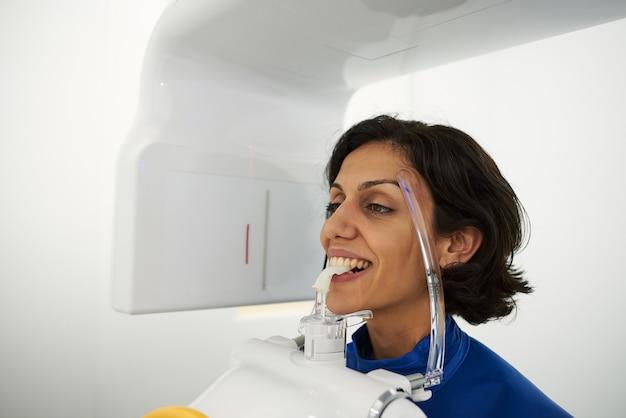 In prossimità di una testa di donna tenendo la tac dentale