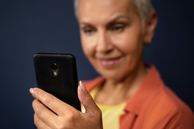 Primo piano donna che tiene smartphone