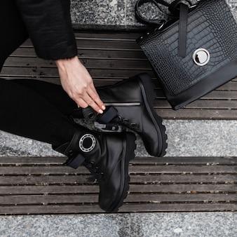 Primo piano di una borsa e scarpe in pelle donna