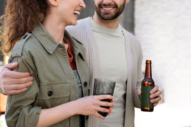 Close up donna e uomo con bevande