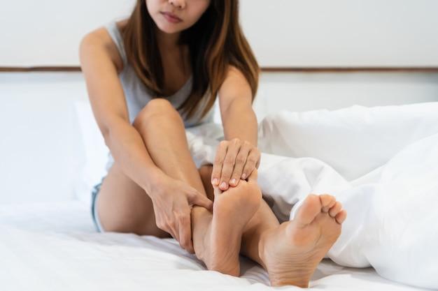 Primo piano di una donna che si distende a letto