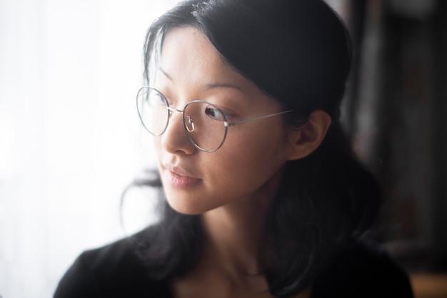 Primo piano donna con gli occhiali