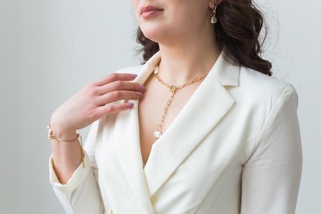 Primo piano della donna che indossa una collana d'oro. concetto di gioielli, bigiotteria e accessori.