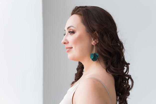 Primo piano della donna che indossa gioielli, bigiotteria e accessori.
