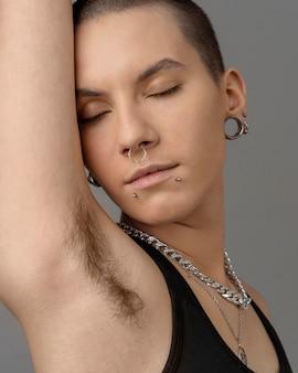 Close up donna con i peli del corpo