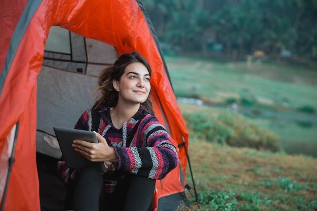 Primo piano di una donna con tavoletta digitale dopo sveglia