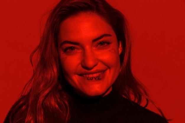 Donna del primo piano con il tatuaggio del labbro