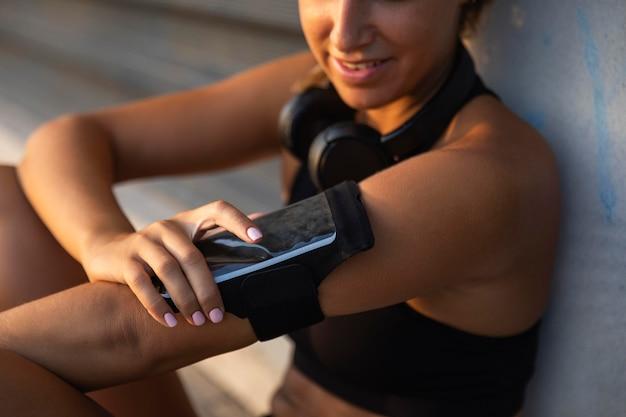 Donna del primo piano con lo smartphone