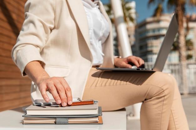 Donna del primo piano che lavora al computer portatile