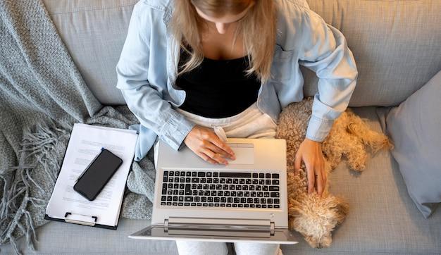 Primo piano donna che lavora con un simpatico animale domestico Foto Premium