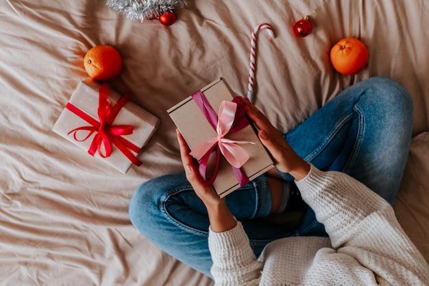 Close up donna confezionamento di doni