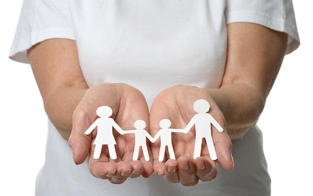 Primo piano delle mani della donna che mostrano la famiglia di carta