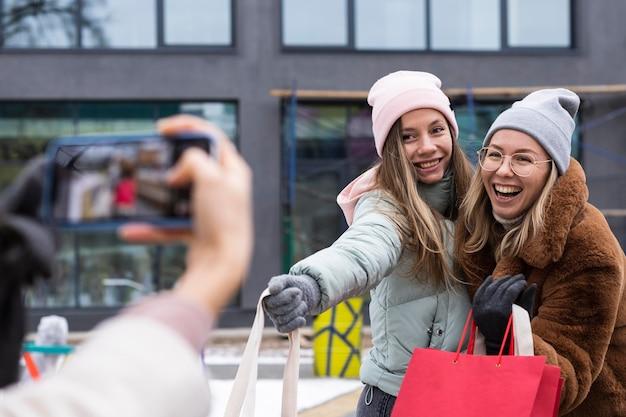 Donne del primo piano che tengono i sacchetti della spesa