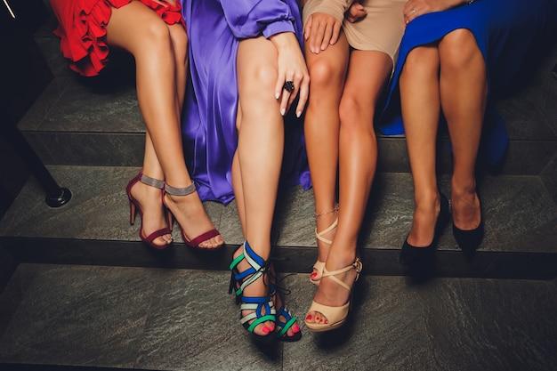 Chiuda in su delle gambe delle donne in scarpe tacchi alti